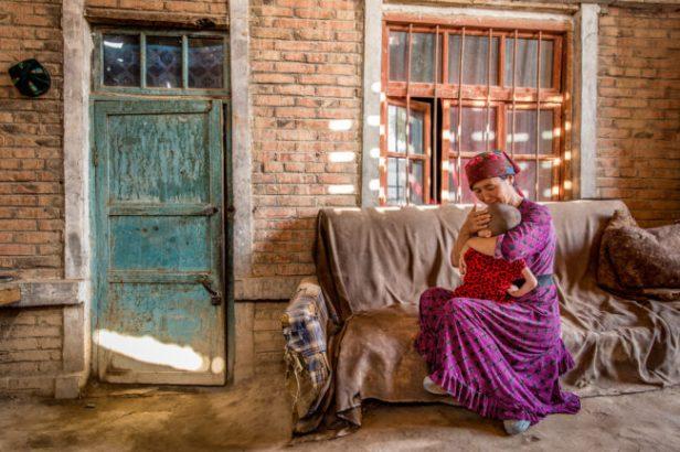 cina, una donna e un bambino  seduti su un divano nel cortile de