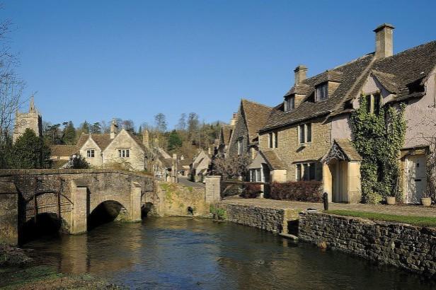 villaggio inglese sul fiume