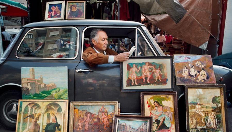 Mc curry uomo legge su auto